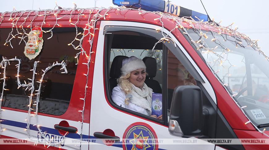 В Гродно прошел автопробег Дедов Морозов и Снегурочек