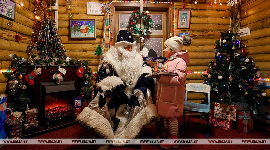 Столичный Дед Мороз начал принимать детей в своей резиденции