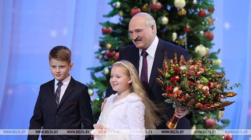 """Лукашенко принял участие в благотворительном новогоднем празднике для детей в рамках акции """"Наши дети"""""""