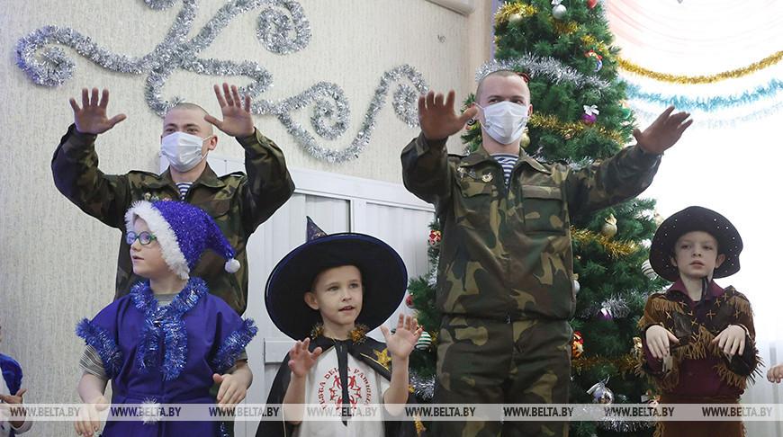 Витебские десантники поздравили воспитанников детского дома с новогодними праздниками