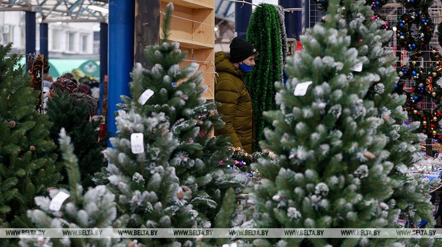 Предновогодняя торговля на Комаровском рынке