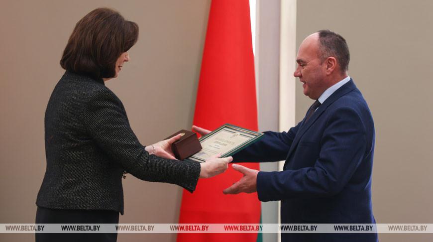 Кочанова вручила государственные награды