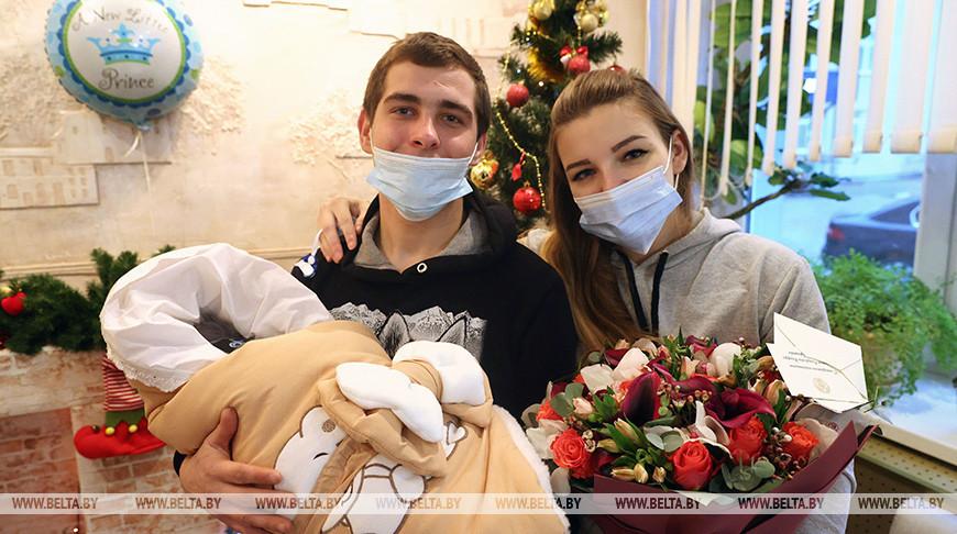 Маму первого родившегося в Беларуси в новом году ребенка поздравили в Витебске