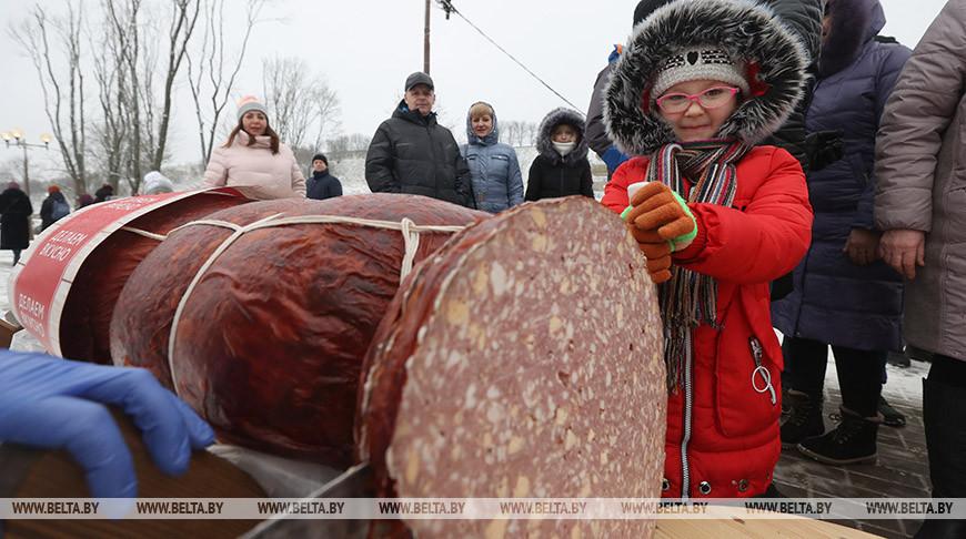 Гигантскую колбасу съели на рождественских гуляньях в Могилеве