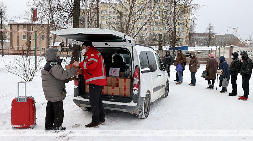 Красный Крест выдает бездомным в Витебске продуктовые и гигиенические наборы