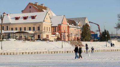 Минчане гуляют по замерзшей Свислочи