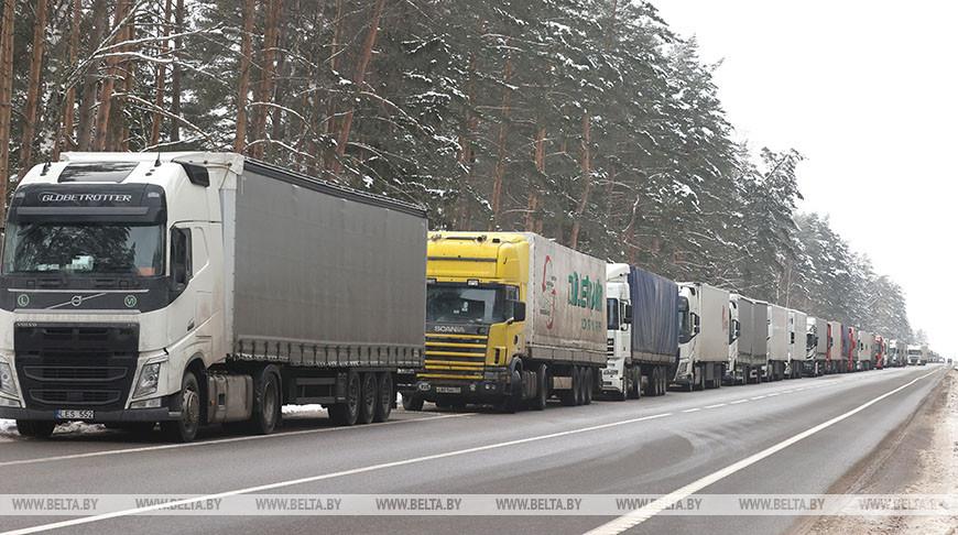 Сотни фур стоят в очереди на белорусско-российской границе