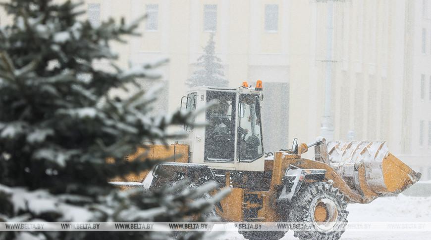 Сильный снегопад в Минске: на улицах работает 700 единиц спецтехники