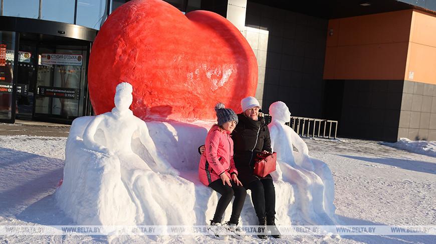 В Гродно создали снежную композицию ко Дню влюбленных