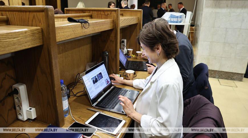 Журналисты работают в пресс-центре Дворца Республики