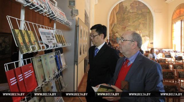 Сборник стихов китайского поэта Мэн Хаожаня на белорусском языке презентовали в Минске