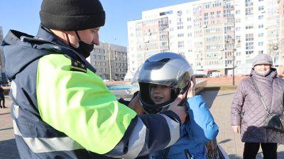 Выставка милицейских автомобилей и мотоциклов работает возле ДК Железнодорожников