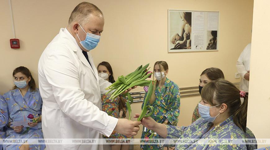 Пациенток Витебского областного роддома поздравили с 8 Марта