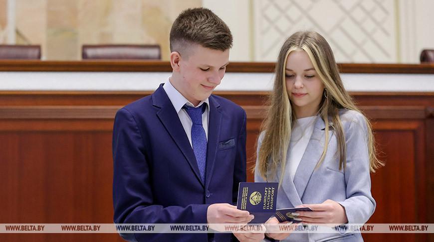 Андрейченко вручил паспорта молодежи Витебской области