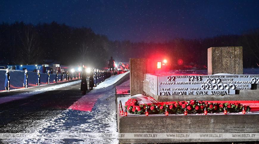 Лукашенко принял участие в митинге-реквиеме к годовщине хатынской трагедии