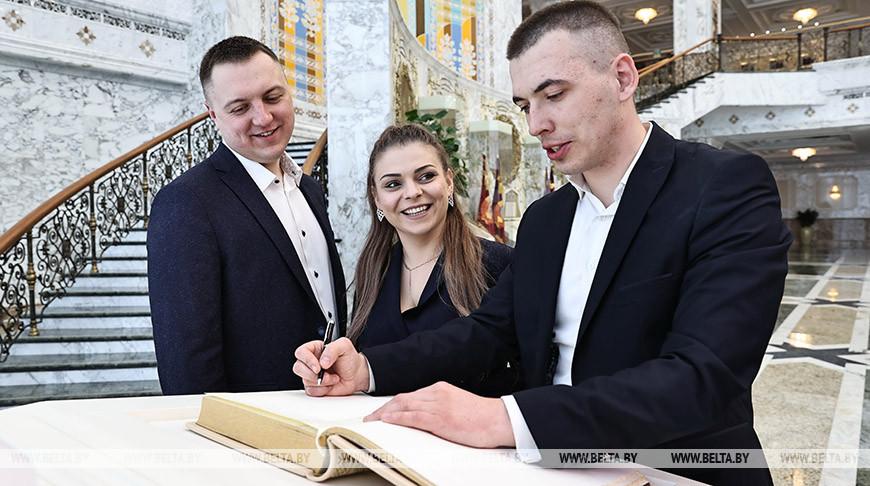 Молодые парламентарии побывали на экскурсии во Дворце Независимости