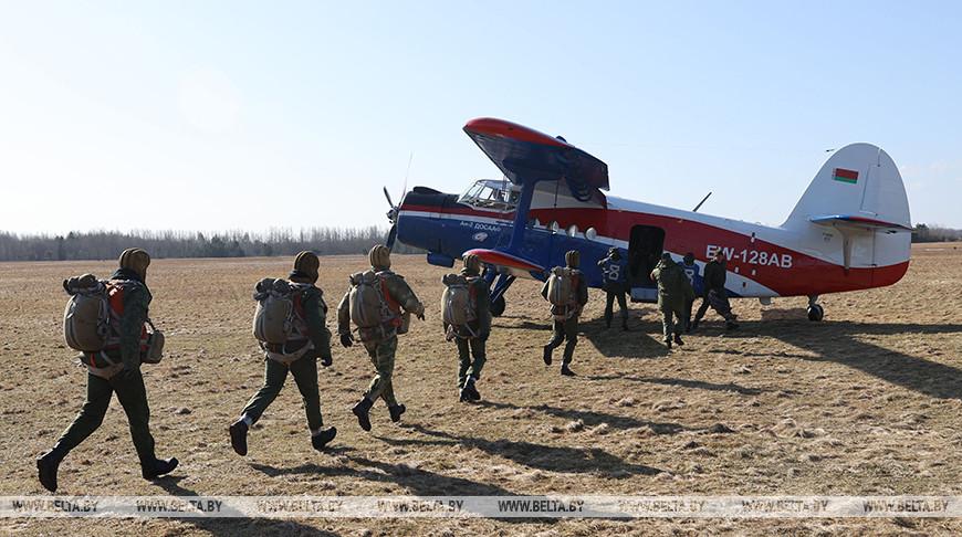 Витебские десантники успешно отработали прыжки с самолета