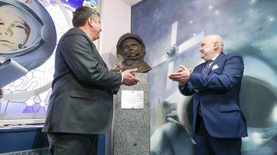 """Бюст Гагарина установили в """"космическом"""" агрогородке Беларуси"""