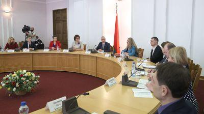 """Круглый стол на тему """"Белорусский союз женщин и молодежная инициатива"""" состоялся в Палате представителей"""