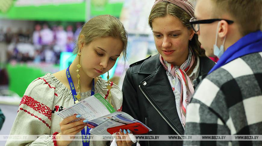 Выставка научно-методической литературы, педагогического опыта и творчества учащейся молодежи открылась в Минске