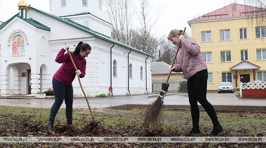 Уборка дворовых территорий и улиц проходит в Городке