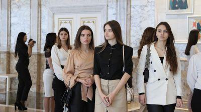 """Участницы конкурса """"Королева студенчества"""" побывали на экскурсии во Дворце Независимости"""