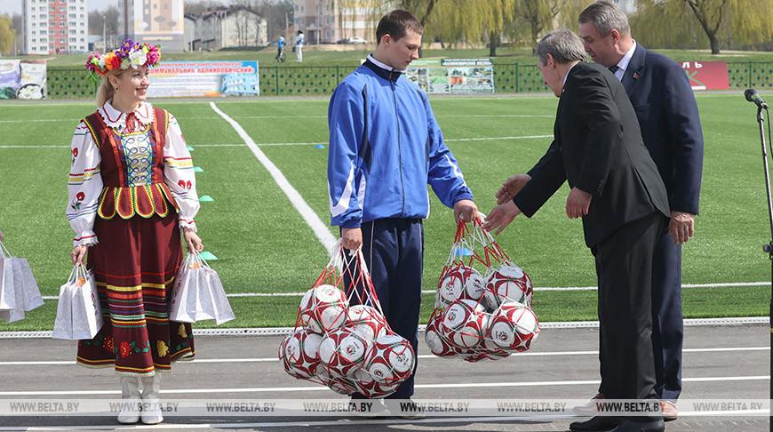 Обновленный футбольный стадион открыли в Калинковичах