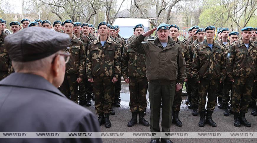 Витебские десантники провели мини-парад для 101-летнего ветерана войны
