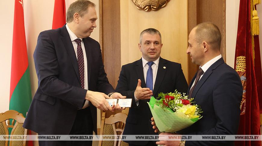 Караник вручил удостоверение новому первому заместителю председателя Гродненского облисполкома