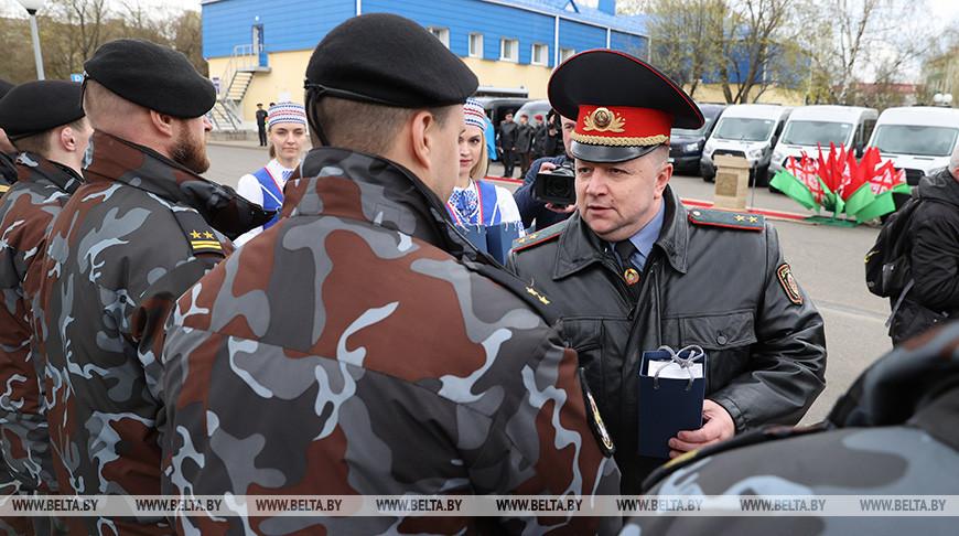 Минским правоохранителям вручили награды и ключи от микроавтобусов
