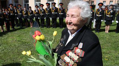 В Гомеле молодежь провела мини-парад для ветерана Аэлиты Самсоновой