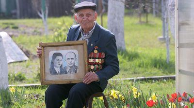 Накануне 76-го Дня Победы ветеран ВОВ Владимир Будович из Петрикова принимает поздравления