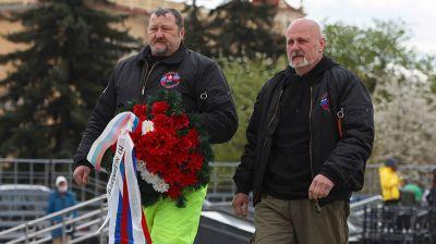 Словацкие байкеры возложили венок на площади Победы в Минске
