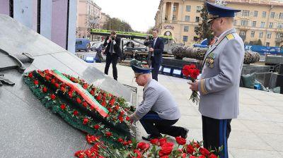 Сотрудники Следственного комитета возложили цветы к монументу Победы