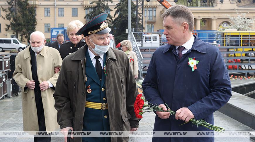 Костевич и Петришенко возложили цветы к монументу Победы
