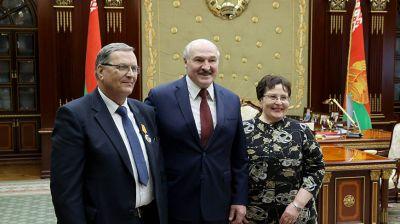 Лукашенко после вручения госнаград пообщался с давними знакомыми