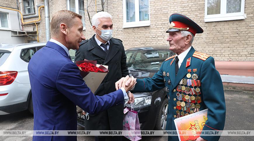 Ветерана Ивана Квашнина поздравили с наступающим праздником
