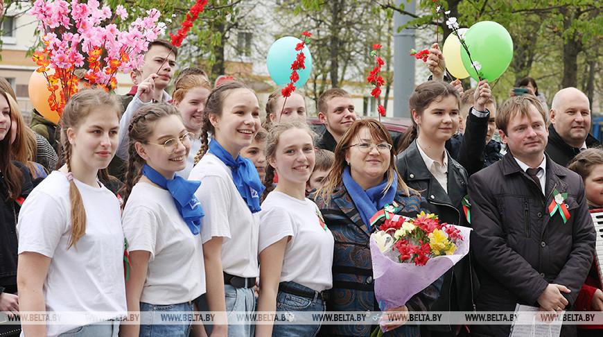 Праздничным флешмобом поздравили ветеранов депутаты и молодежь Могилева