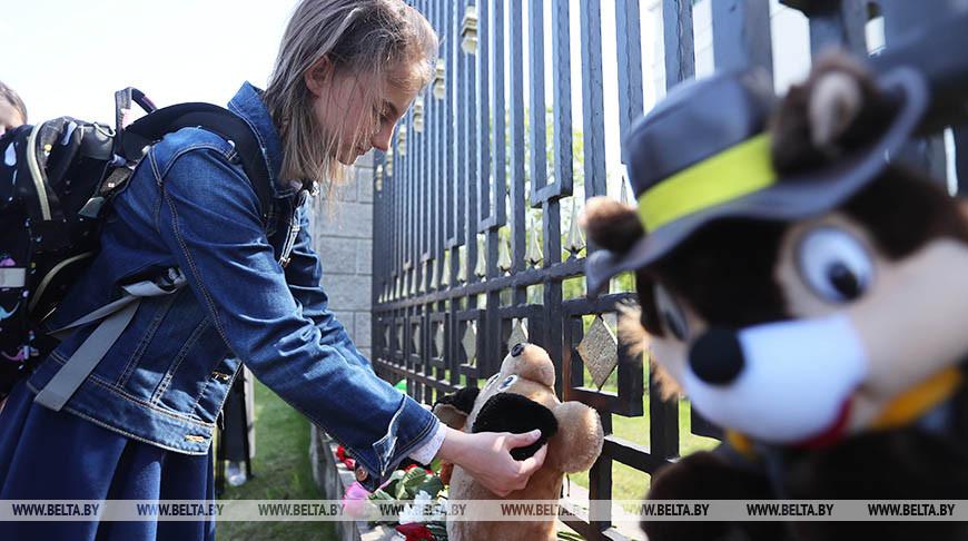 Минчане несут цветы и мягкие игрушки к российскому посольству