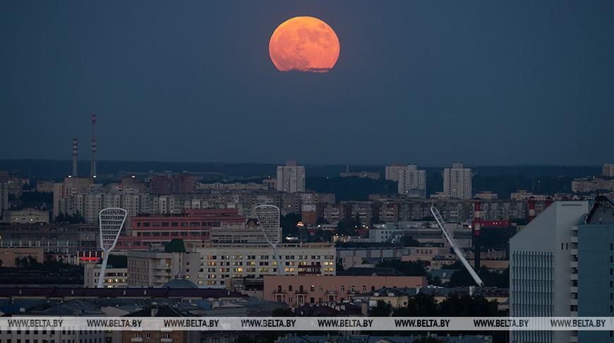 Жители Беларуси наблюдали суперлуние