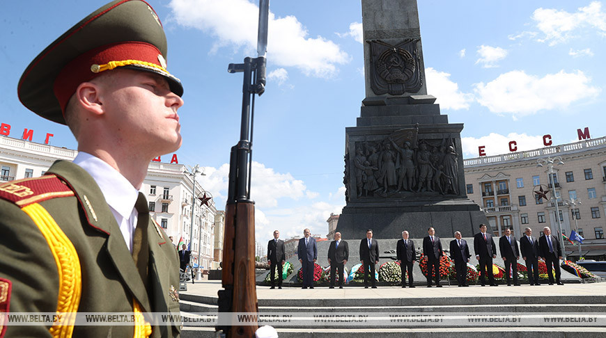 Участники заседания Совета глав правительств СНГ возложили венки к Монументу Победы