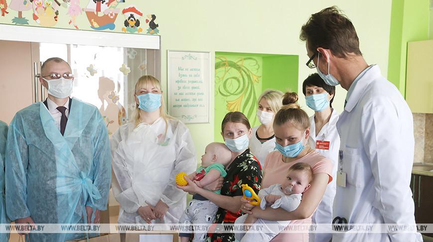 Подарки пациентам Могилевской областной детской больницы вручили депутаты и представительницы БСЖ