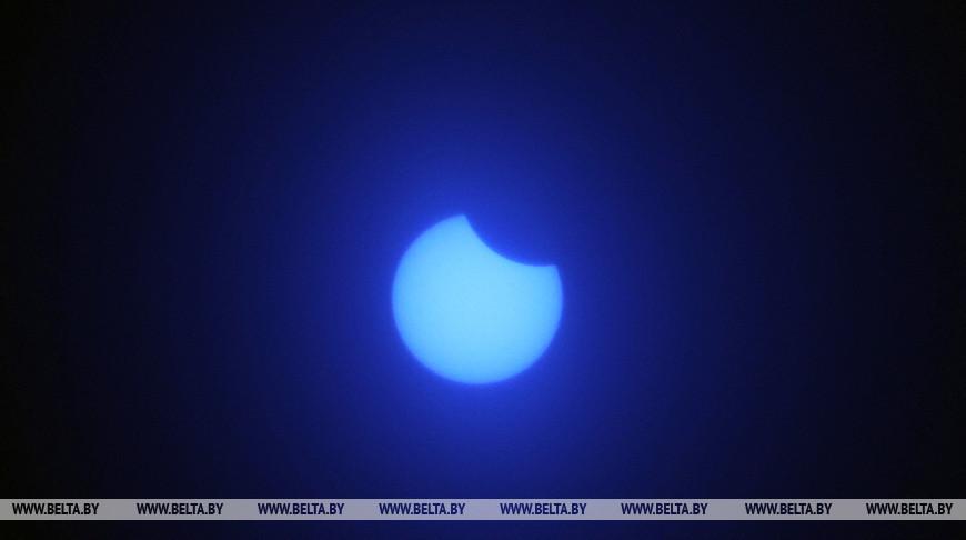 Жители Беларуси наблюдали частичное солнечное затмение