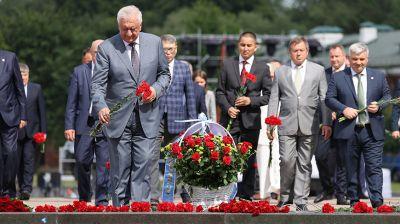 Мясникович возложил цветы к Вечному огню Брестской крепости