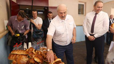 Лукашенко посетил хлебопекарню в Свислочи