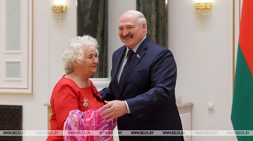 Лукашенко вручил госнаграды заслуженным деятелям