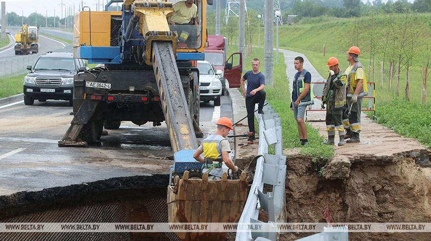 В Гродно восстанавливают дорожное полотно, где произошло обрушение после ливня