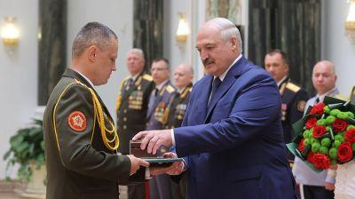 Лукашенко принял участие в церемонии чествования выпускников высших военных учебных заведений и высшего офицерского состава