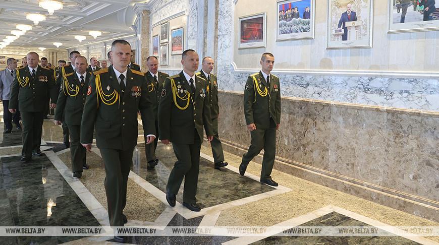 Выпускники военных вузов побывали с экскурсией во Дворце Независимости