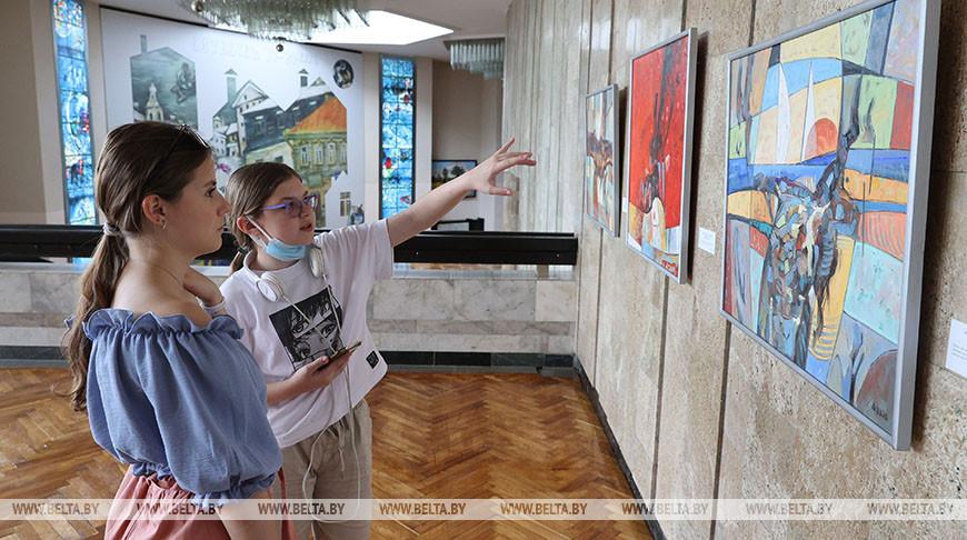 """Презентацией работ белорусских художников открылась выставочная программа """"Славянского базара"""""""